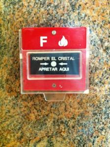 Ручной пожарный извещатель в отеле