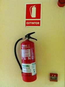 Огнетушитель и ручник в отеле