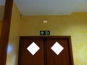 Эвакуационный знак и аварийный светильник в отеле