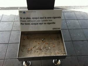 Урна с песком для тушения сигарет. Аэропорт Барселоны