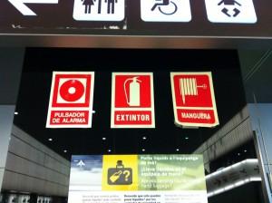 Знаки пожраной безопасности. Аэропорт Барселоны