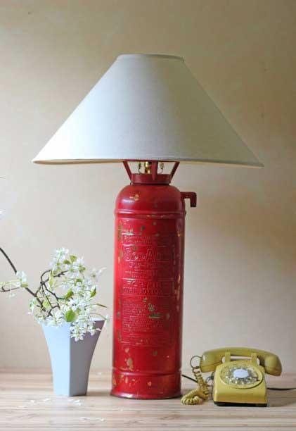 Настольная лампа из старого огнетушителя. Дизайнер Evelyn Fernandez (США)