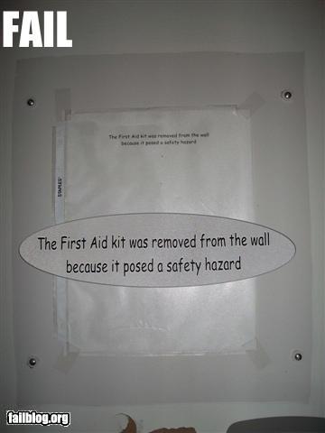 """Объявление: """"Комплект первой помощи был убран со стены, поскольку представлял опасность для людей"""""""