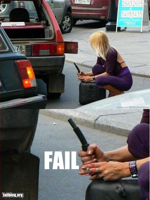 Блондинка заправляет автомобиль
