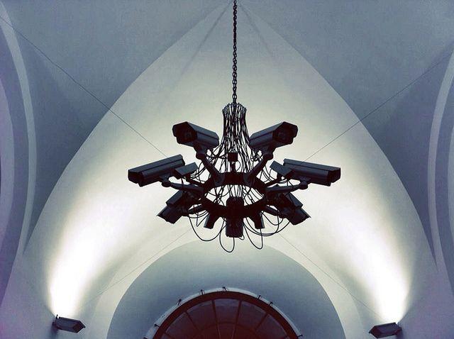 Люстра в церкви из телекамер