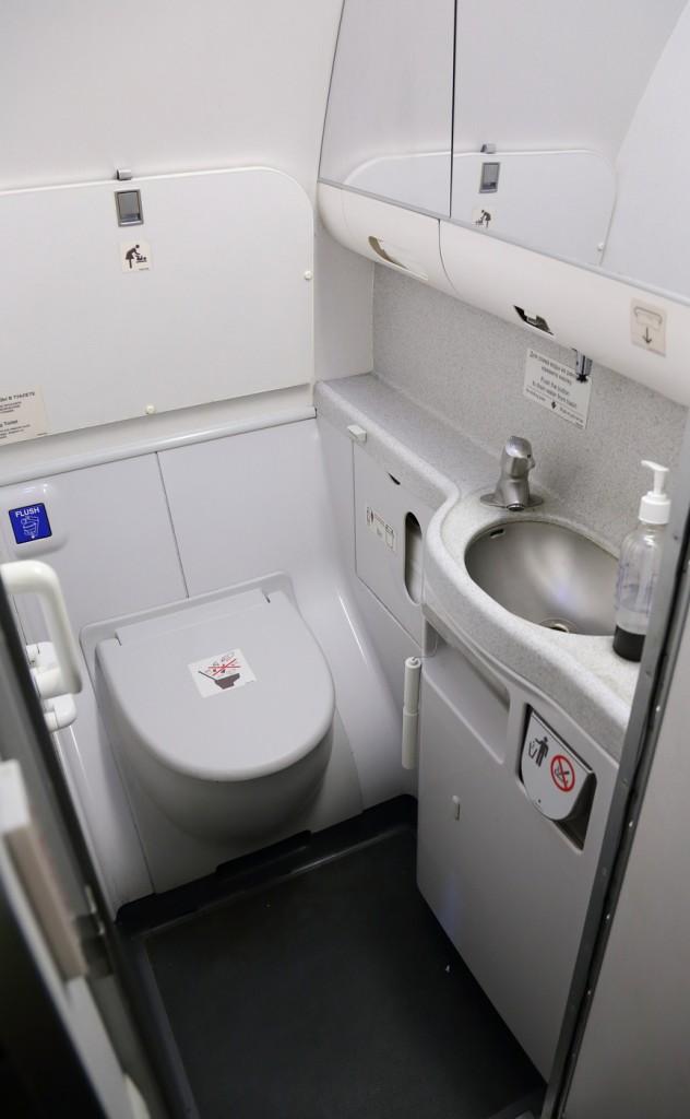 Туалетная кабинка в самолете